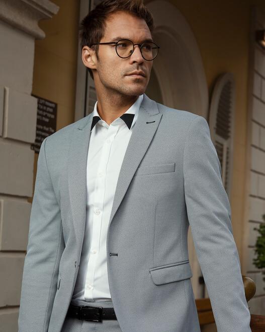 חליפה בצבע אפור קורלאני
