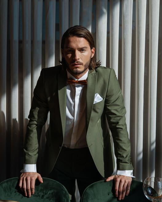 חליפת קורליאני בצבע זית לחתנים ולאנשי עסקים