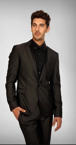 טוקסידו לייט של ביקמברג, אפור כהה, עם חולצה שחורה ופפיון שחור