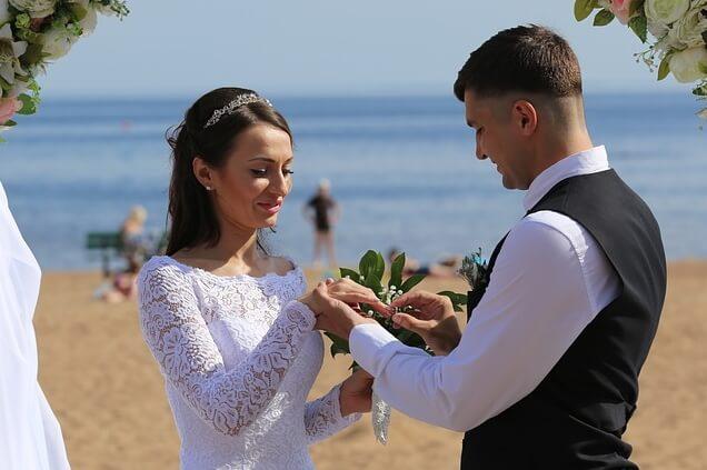 חליפת חתן נוחה לחתונה על הים