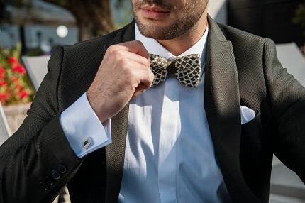 חליפה אפורה עם פפיון