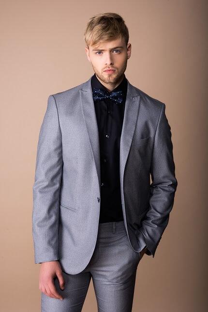 חליפה בצבע אפור כהה