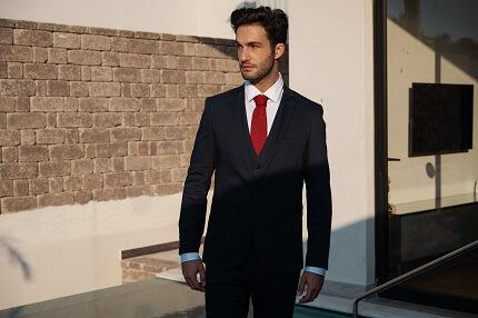 חליפה שחורה אלגנטית לגבר