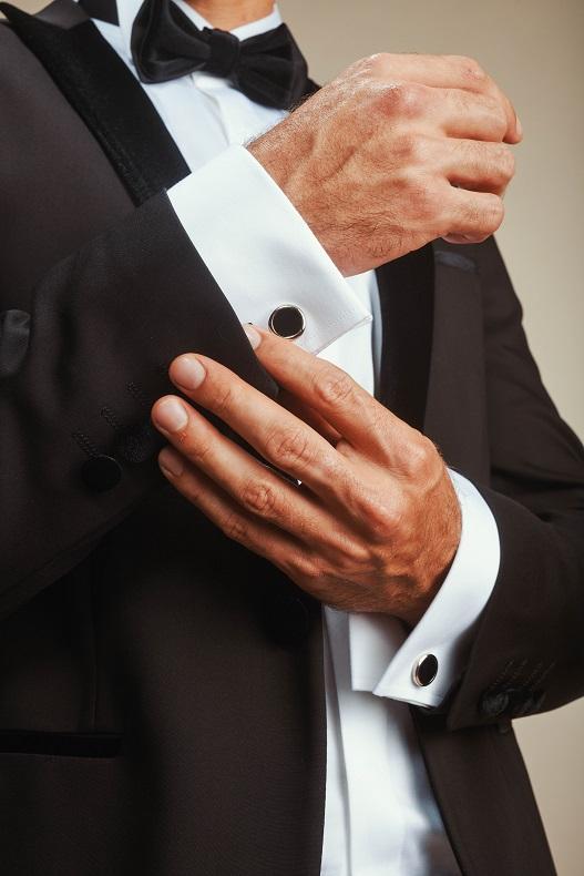 חליפת חתן שחורה ואלגנטית