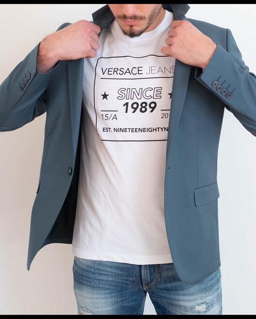 גבר עם חליפה וחולצת טי שירט ורסצה